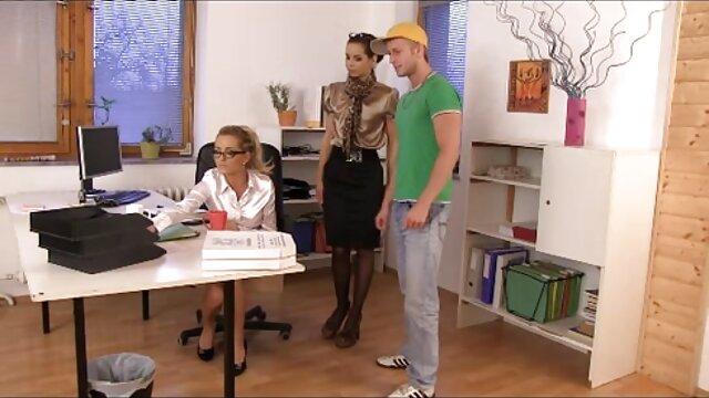 XXX nessuna registrazione  La giovane donna fa sesso orale. film erotici amatoriali