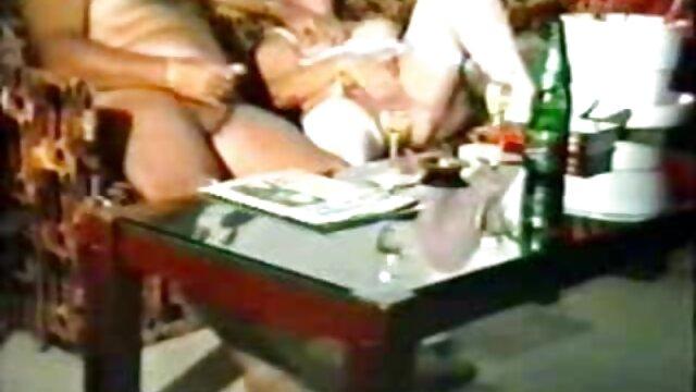 XXX nessuna registrazione  La bionda cresce arti video hard trasgressivi delle gambe.