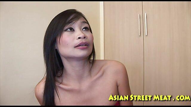 XXX nessuna registrazione  La massaggiatrice calva film erotici italiani completi lubrifica il culo del cliente con lo sperma.