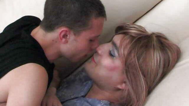 XXX nessuna registrazione  Ragazza massaggio erotico lesbico con piccoli seni.