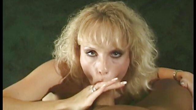XXX nessuna registrazione  La donna dai capelli castani siti erotici gratis è nuda in cucina.