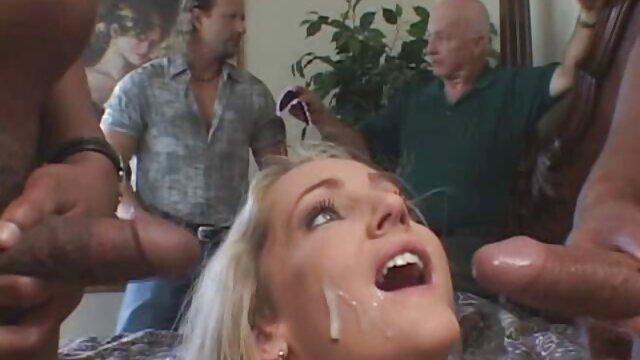 XXX nessuna registrazione  Fa un pompino quando si toglie la lingerie rosa. film erotici gratis