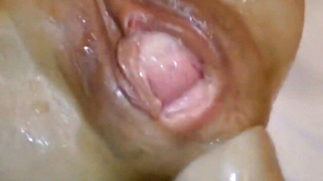 XXX nessuna registrazione  Un uomo film erotici online ha intasato i suoi capelli castani con uno scherzo in bocca.
