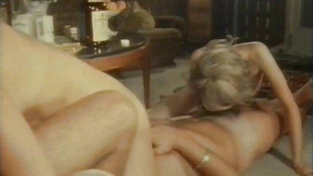 XXX nessuna registrazione  Capelli neri sta film erotici porno streaming dando un pompino in piscina.