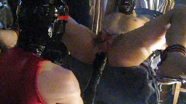 XXX nessuna registrazione  Un bell'uomo che non è rasato in un videoporno erotico preservativo sta tirando i capelli biondi.